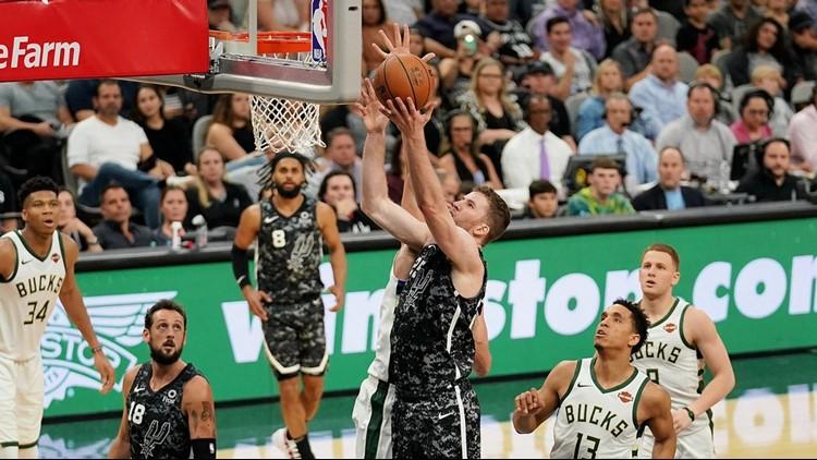 BKN Spurs center Jakob Poeltl goes up for a shot against the Bucks