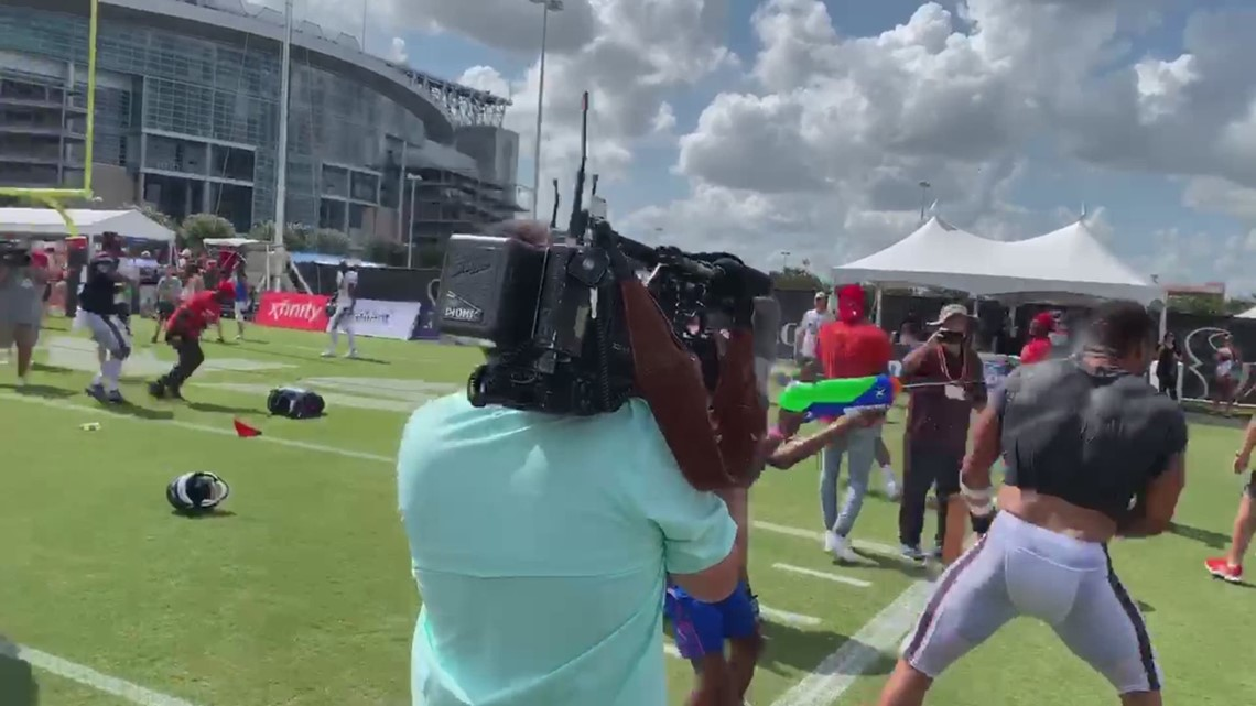 Texans engage in water gun fight with kids at practice
