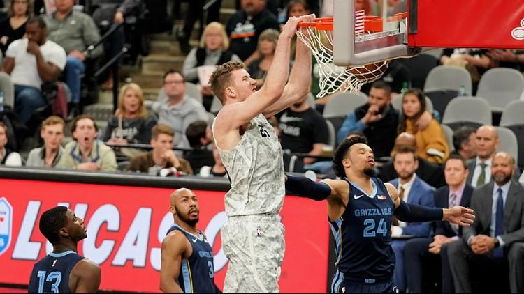 BKN Spurs center Jakob Poeltl dunks against the Grizzlies_1546755835964.jpg.jpg