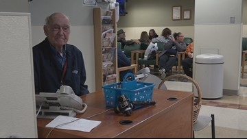 92-year-old WWII veteran walks to hospital to volunteer, hand out cookies