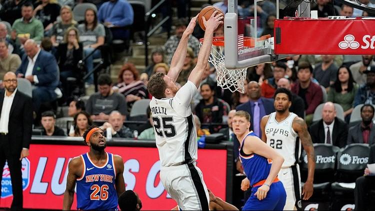 Spurs center Jakob Poeltl scores against the New York Knicks 03152019