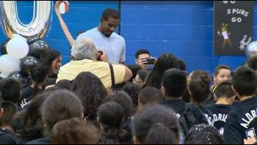 Spurs' LaMarcus Aldridge surprises kids with iPads