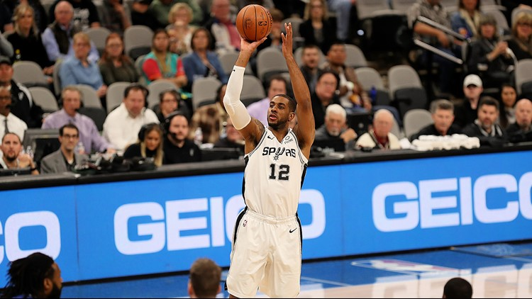 BKN Spurs forward LaMarcus Aldridge shoots against the Knicks