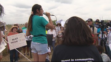 Protesters demand end to migrant shelters in Carrizo Springs