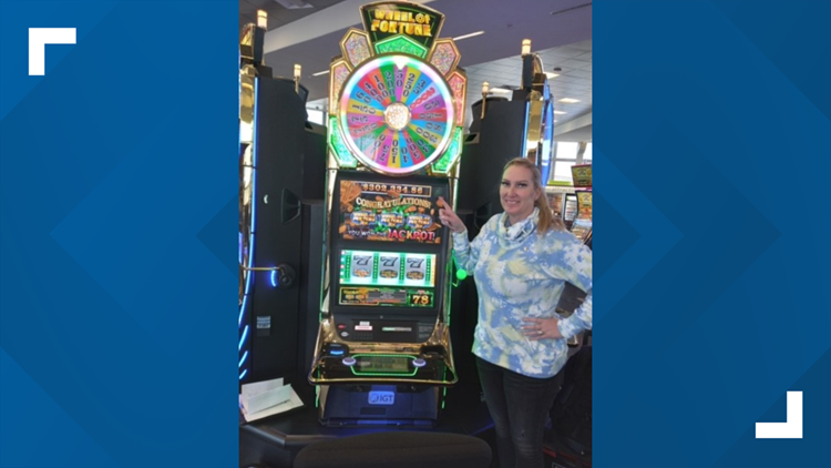 Texas woman wins $302,000 slot machine jackpot while waiting for flight at Las Vegas airport